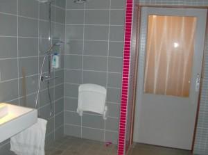 Badkamer met invaliden-douche.