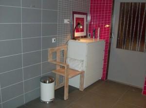 Badkamer met ladenkast.